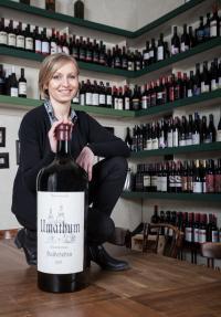 Sommelière und Gastgeberin Renate Dengg stellt ihren Gästen ihre österreichischen Weine vor. Umathum zählt ebenfalls zu den Weingütern die autochtone Weinsorten anbauen; Bildquelle in-press.de