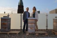 Magnus Schwartze, Hoteldirektor Derag Livinghotel Düsseldorf, und Imker Heinz-Uwe Grave begrüßen die Neuankömmlinge auf dem Hoteldach / © Derag Livinghotels)