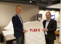 'Die 2':  Links Carsten Himmelberg und rechts der Ex Hotelfachmann Andreas Pieper mit einem Spitzenprodukt von dipasch, der Einziehdecke; alle Bilderechte dipasch