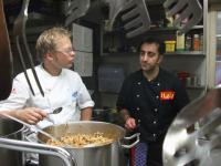 Mario Kotaska (l.) und Antonio Corica schmecken das Kaninchenragout ab, Bildquelle (c) VOX/Stefanie Moser