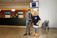 Ingolf Lück ist neuer Markenbotschafter der Dorint Hotels & Resorts.  Der Moderator und Schauspieler wirbt gemeinsam mit dem Dorint-Bären für die bekannte Hotelgruppe / Foto: Hagen Willsch