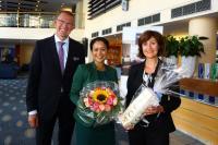 Tamara Joyette (Mitte) freute sich über die besondere Ehre: Hoteldirektor Kirsten Stolle und seine Stellvertreterin Andrea Grieshaber begrüßten den Stammgast mit Blumen und Champagner; Fotograf: Markus Proßwitz — Dorint Hotels & Resorts