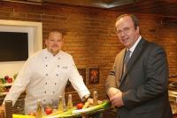 Will der Küche im Dorint Parkhotel Mönchengladbach neue Impulse geben: Küchendirektor Marcus Dorff, hier mit Hoteldirektor E.-Ulrich Schweitzer (rechts) / Foto: Alois Müller