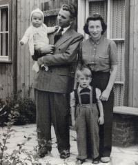Rudolf Wöhrl mit seiner Frau Berta und den Kindern Gerhard und Hans Rudolf vor der damaligen Wöhrl Filiale / Bildquelle: Dormero Hotels