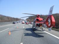Rettungshubschrauber der DRF Luftrettung auf der Autobahn / Bildquelle: DRF Luftrettung.JPG