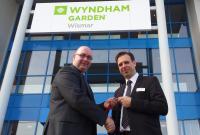 Eberhard Haist (General Manager TRYP by Wyndham Halle) und Marco Engbertz (General Manager Wyndham Garden Wismar); Bildquellle max-pr.eu