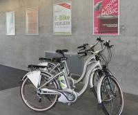 E-Bikes zum Ausleihen im Eingangsbereich des darmstadtiums