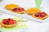 Tartelettes aus Mürbeteig mit einer Bourbon-Vanillecreme und Erdbeeren sowie Mandarinen