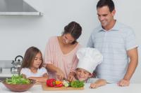 Zusammen mit der Familie kochen - immer noch die beste Gelegenheit, das Kinder Spaß am gesunden Essen gewinnen