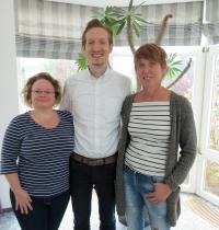 (v.l.n.r.) die stellvertretende Restaurantleiterin Rabea Schütze, Hotelier Marc Vollbracht und Kinderbetreuerin Silvia Lahme.