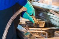 Reinigung der Fritteuse, Schmutzfänger und Ränder durch FiltaFryPlus