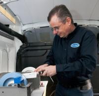 Professionelles Messerschleifen in der mobilen Werkstatt vor Ort von FitASeal