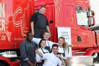 Azubis vor einem Truck / Bildquelle: Kochklub Gastronom Hamburg e. V.