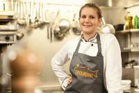 Julia Komp, SJÖ-Produktscout für Friesenkrone, hat dem Restaurant Schloss Loersfeld einen Stern gesichert / Foto: Friesenkrone
