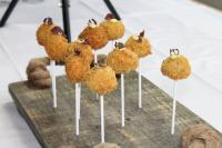 Friesenkrone-Sieger: Luis Hendricks mit seinen Matjes-Lollies — ausgebackene Schmandbällchen mit Matjes, Apfel, Gurke und Pumpernickel. / Bildquelle: Dynamic Professional