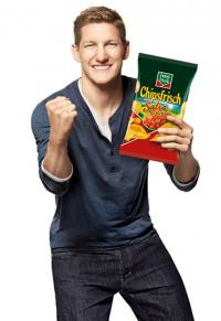 Testimonial Bastian Schweinsteiger isst auch gerne mal die funny-frisch Chipsfrisch 'Salsa de Brasil' / Bildquelle: Intersnack Knabber-Gebäck GmbH & Co. KG