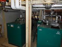 Die Dreierkaskade flüssiggasbetriebener BHKW erzeugt Wärme und Strom gleichzeitig. Jedes Einzelne produziert 34.782 kWh elektrische Energie pro Jahr / Bildquelle: Schloss Roseck