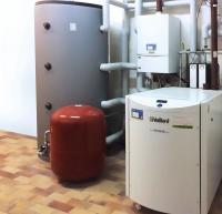Neueste Technik ganz ohne hohes Startkapital: Dank german contract sorgt ein neues modernes Blockheizkraftwerk für Strom und Wärme auf dem Weingut Krämer / Für Spitzenlasten ist ein weiterer Kessel installiert Bildquelle: gc Wärmedienste