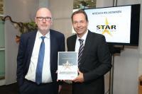 Dirk Hunke (links) und Roland Gilges (rechts), Geschäftsführer bei german contract, nahmen die Auszeichnung am 19. März 2017 auf der Internorga entgegen. / Bildquelle: BLUE MOON CC GmbH