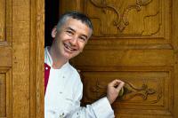Spitzenkoch Roland Schmid schliesst die Tür des Gourmetrestaurants Äbtestube / Bildquelle: © Grand Resort Bad Ragaz AG