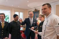 Hoteldirektor Eduard M. Singer mit Mitarbeitern / © Soenne.jpg
