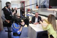 TV Star im ZDF-Morgenmagazin - das MicroApart 20/30 von Häfele. Moma-Redakteurin Patricia Schäfer im Gespräch mit Ralf Biehl, Häfele Brand Communications / Bildquelle: Häfele GmbH & Co KG