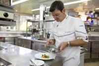 Harald Wohlfahrt in der Küche der Schwarzwaldstube / Bildquelle: Der Drei-Sterne-Koch aus dem Schwarzwald ist Lufthansa Star Chef im Mai und Juni 2015 / © Hotel Traube Tonbach