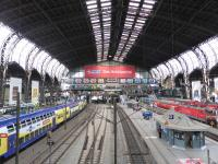 Der Hauptbahnhof Hamburg im Mai 2016, fotografiert vom Südsteg aus, im Bild links ein Metronom; Bild Hotelier.de