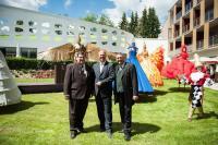 Glückliche Gesichter: Hoteldirektor Marc Cantauw (Mitte) und die Geschäftsführer Mag. Jörg Siegel (li.) und Bertram Mayer (re.) / Bildquelle: Hotel König Albert