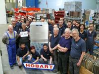 Viele Hände arbeiten an der Erfolgsgeschichte der PREMAX UND PROFI Haubenspülmaschine. / Bildquelle: HOBART GmbH