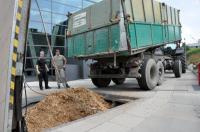 Holzhackschnitzel aus heimischen Wäldern werden abgelade