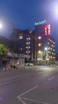 Das Hotel Budapest in Sofia im Abendlicht