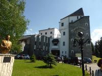 Heute Dracula Hotel, im Buch die 'Die Goldene Krone', Im Bild links die Bram Stoker Büste