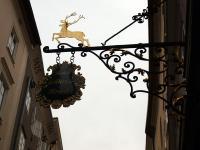 Das Schild vom Hotel Goldener Hirsch strahlt schon Tradition und Gemütlichkeit aus / Bildquelle: Sascha Brenning - Hotelier.de