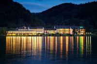 Abendansicht vom Wasser / Bildquelle: Hotel Donauschlinge