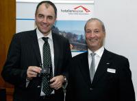 Guglielmo L. Brentel gratuliert Christophe Darbellay (v.r.n.l.) / Bildquelle: hotelleriesuisse