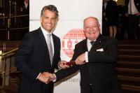 Stabwechsel: Nach 14 Jahren erfolgreichen Wirkens für die Hotellerie übergibt Fritz G. Dreesen (r.) den Vorsitz des Hotelverbandes Deutschland (IHA) an Otto Lindner, Vorstand der Lindner Hotel AG / Bildquelle: Hotelverband Deutschland (IHA)
