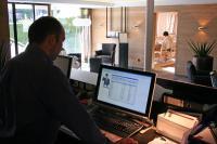 Die Rezeption des Alpenhotels Post mit Blick auf das Hotelverwaltungsprogramm hotline frontoffice / Bildquelle: Alpenhotel Post, Au
