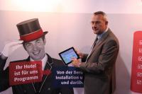 Herr Füßner, Geschäftsführer der hotline hotelsoftware gmbh bei der Präsentation des Hotelprogramms auf dem iPad / Bildquelle: hotline hotelsoftware GmbH