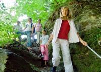 Mächtige Felswände, sprudelndes Wildwasser mit zum Teil sumpfigen Auen, erdige Pfade über Stock und Stein verbunden mit zahllosen Klettereinlagen, grandiose Weitblicke und viele Höhenmeter machen das Baybachtal bei Kastellaun zu einem Hochseilgarten**