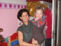 Sabine Parthenschlager (39) und Luisa (4). Sind giftfrei vor Schimmel im Zimmer geschützt. Auf www.schimmelfarbe.com wurden sie fündig / Bildquelle: iQprotec GmbH