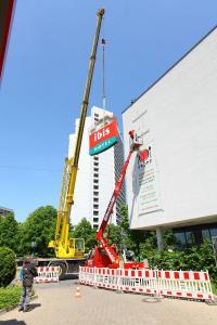 Demontage der alten Beschilderung am ibis München City West