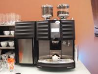 Eine faszinierende Neuerung von Kaffeevollautomaten-Hersteller Schaerer: Der Milchschaum-Kringel aus der 'Coffee Art Plus' bleibt auf natürliche Weise lange so erhalten