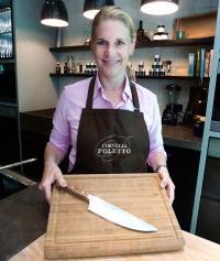 Cornelia Poletto mit Messer und Schneidebrett / Bildquelle: Jack Tomato