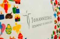 Erst haben die Mitarbeiter der Johannesbad Gruppe gemalt. Gemeinsam mit Illustrator Philipp Katzenberger gestalteten die Azubis anschließend aus den vielen weihnachtlichen Motiven als Gesamtkunstwerk die Weihnachtskarte des Unternehmens / Bildquelle: Johannesbad