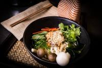Kokki Soup:Thai Nudeln in Sake Brühe mit Lachs, Wakame, Shimanji Pilz, Koriander und Frühlingszwiebeln