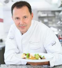 Vier-Hauben-Koch Simon Taxacher mit einem 'Tarte du Chef' / Bildquelle: Kröswang GmbH