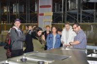 Logisitkleiter Michael Krause erklärt den Joblingen, worauf es bei der Produktion von Palmarium- Herdanlagen ankommt. / Bildquelle: Küppersbusch Großküchentechnik GmbH & Co