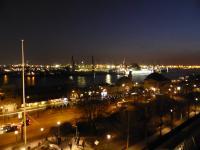 Landungsbrücken in Hamburg bei Nacht - hier gibt es  Fisch Speisekarten mit exzellenter Auswahl!