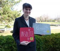 Tina Weßollek, Präsidentin der deutschen Logis-Hotels, zeigt die Schilder, mit denen Hotels mit